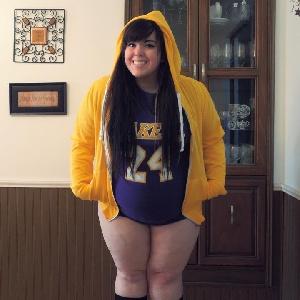 Dicke junge Frau in Hotpants